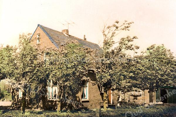 F2212<br /> Boerderij Lindehoeve aan de Leidsevaart nr. 8, vroeger gemeente Sassenheim. De boerderij stond aan de weg langs de Haarlemmertrekvaart, richting Warmond en Oegstgeest. Bij de fusie tot gemeente Teylingen is dit Sassenheimse gedeelte door grenscorrectie overgegaan naar Oegstgeest. Dit gedeelte van de weg langs de Haarlemmertrekvaart heet tegenwoordig Oude Vaartweg.