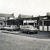 F3721<br /> Het oude pand in de Lindenlaan van de fa. Lugtigheid die er eerst een kolenhandel in had en later een vrije bezinepomp is begonnen. Maar zoals blijkt uit het reclamebord is de zaak overgenomen door van der Kwast. Foto: eind jaren '70.