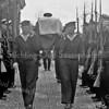 F3734<br /> De herbegrafenis op 25 mei 1949 van adelborst Leendert van Leeuwen op het kerkhof van de Dorpskerk te Sassenheim.  Militairen van Marine Vliegkamp Valkenburg waren hierbij aanwezig.