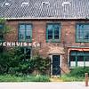F0234 <br /> De bollenschuur van K. Nieuwenhuis & Co aan de Klinkenberg. Een oude schuur, die tijdens de oorlog zwaar beschadigd is door Britse bombardementen. De schuur is destijds geheel gerestaureerd. Na jarenlange leegstand werd de schuur in 1996 afgebroken, om plaats te maken voor nieuw te bouwen bedrijfspanden. Foto: 1983.