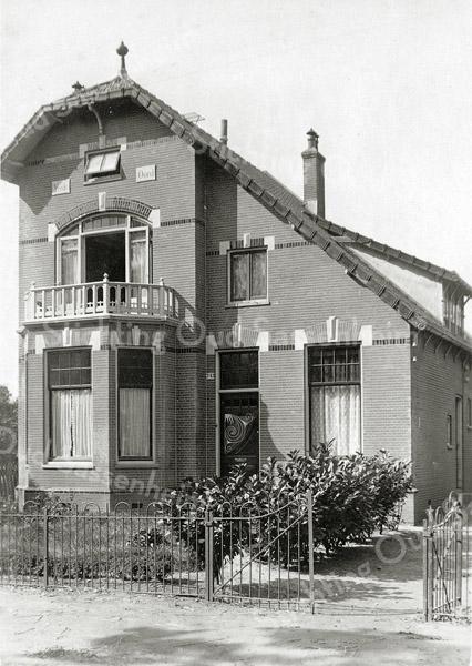 F0826 <br /> Dit is de in 1905 door J.P. Oudshoorn voor Nicolaas Beumer gebouwde woning met de naam 'Vrede Oord'. De woning stond aan de westkant van de Hoofdstraat, schuin tegenover de Ter Leedelaan. Het huis werd in 1937/38 gesloopt voor de aanleg van de provinciale weg vanaf de A44 naar Noordwijkerhout. Foto: vóór 1921.<br /> <br /> Collectie Oudshoorn 038: villa Vrede Oord M. Beumer 1905.