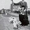 F4543<br /> Cees Landwer Johan samen met zijn broertje Henk. Landwer verkocht souvenirs en stond met zijn handel bij de vleesfabriek van Malmberg. De bloemen werden niet verkocht door Landwer, maar door de gebr. Janssen. Foto: 1957.