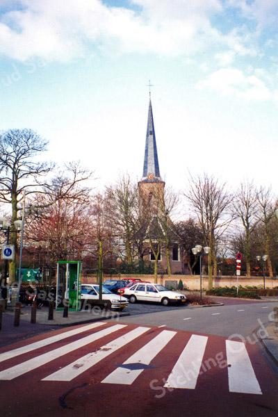 F0152 <br /> Kruising Hoofdstraat/Hortuslaan met de Ned.-herv. kerk (Dorpskerk) op de achtergrond. De parkeerplaatsen gaan in het kader van de dorpsvernieuwing verdwijnen. Er is hier een plein aangelegd, waar o.m. de weekmarkt wordt gehouden.  Foto: 1996.