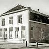 F2208<br /> Het kantoor van A. Frijlink aan de Zandslootkade, afgebroken in 1980/81. Nu is hier het begin van de Prins Clausstraat. Foto: 1964.