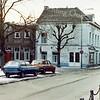 F0301 <br /> Een foto van de Oude Haven. Het grote, witte pand was indertijd van Bemelman. Zijn schildersbedrijf en handel in klompen is reeds lang verdwenen; nu (2017) is daar het café De Twee Wezen (sinds 1981). Links van het witte pand het woonhuis van de fam. G. Rotteveel, nu Grand Café A-muze. Verder naar rechts aan de Hoofdstraat het pand van Vos, de kolenboer en de elektrische klok bij de winkel van Jamin.