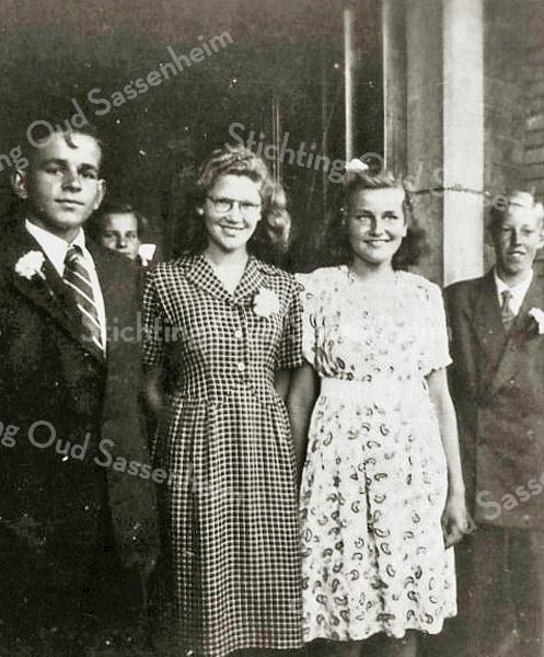 F3028<br /> Wil Braam in het midden( met bril) en helemaal rechts haar broer Jan Braam