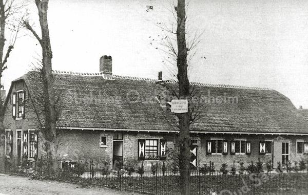 F0892 <br /> Boerderij Postwyck aan de Hoofdstraat. Op het bord aan de boom wordt bouwgrond te koop aangeboden, waar later enige herenhuizen zijn gebouwd. <br /> Foto: ca. 1925.