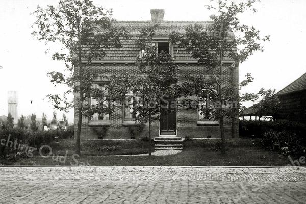 F0226 <br /> Het huis van de fam. Van Kesteren aan de oostzijde van de Hoofdstraat, iets ten zuiden van de Wasbeekerlaan. De familie kwam uit het huisje bij de Klinkenbergerbrug (zie F0223). De heer Van Kesteren was kantonnier bij Rijkswaterstaat en heeft dit huis zelf  laten bouwen. Op de foto staat het huis nog in de ruimte en de tramrails lopen er voor langs. Links op de foto staat de watertoren.  De woning is gesloopt in 2000.  Foto: ca. 1950.