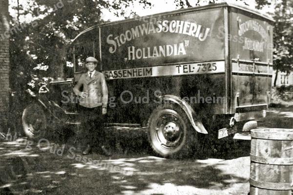 """F3247<br /> Quirinus Janssen van de latere wasserij """"de Toekomst"""" bij de wagen van zijn toenmalige werkgever """"Stoomwassscherij Hollandia"""""""