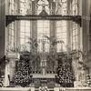F3617<br /> Het interieur van de St. Pancratiuskerk. De kerk is zo fraai versierd vanwege de viering van het 1250-jarig bestaan van de parochie. <br /> De kruisbalk, geschonken door J.A. van der Voort, is duidelijk te zien. De beelden op de balk waren levensgroot en geheel uit hout gemaakt. Foto: 1950