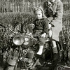 F2230<br /> Coby Baartse van de Meidoornlaan met haar jongere zusje Ineke. De foto is ca. 1949 gemaakt door een straatfotograaf in de Beukenlaan (nu Parklaan).