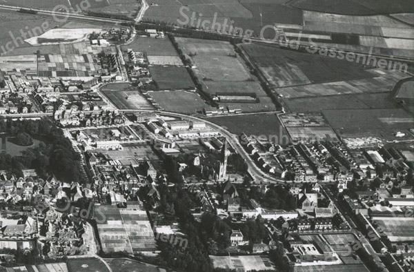 F3375<br /> Een luchtfoto van Sassenheim. In het midden staat de St. Pancratiuskerk. Daarlangs loopt de Parklaan. Bovenin is de A44 te zien.
