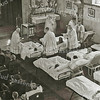 F3069<br /> Handoplegging en zegen tijdens het ziekentriduüm in Huize St. Bernardus met pater Eken.  Foto: 1949.