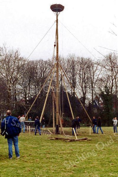 F0594l <br /> Het plaatsen van het ooievaarsnest in het park Rusthoff op 15 maart 1997 door leden van de scoutinggroep onder toezicht van Hans Hardenberg en Nico Breedijk. Foto: 1997.