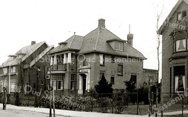 F2064<br /> Panden aan de Teijlingerlaan. Het middelste pand (Anny's Home, op nr. 53) is gebouwd door de fa. Kiebert voor Leo M. van Reisen. Foto: 1925.