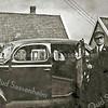 F3114<br /> Huib van Zoen met trouwauto. Waarschijnlijk in Sassenheim en omgeving. Het origineel van deze foto bewaarde Martien van Zoen in zijn portemonnee. <br /> (Martien van Zoen is een zoon van Huib van Zoen).