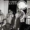 F2503<br /> Een muzikale hulde door een afvaardiging van het evenementenorkest De Straatklinkers. Staand : mevr. Annie de Zwart (Teijlingerlaan). Foto: 2003.