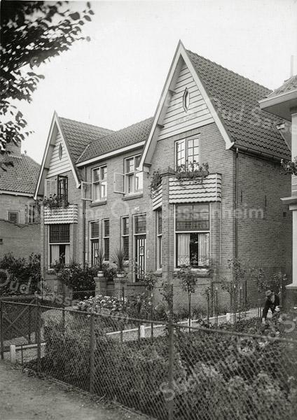 F0811 <br /> Dit dubbele pand aan de Teijlingerlaan werd door J.P. Oudshoorn gebouwd in begin jaren '20. Hijzelf woonde in het rechter deel. Hij noemde het 'Our Home'. De naam staat in de punt van de gevel. In het linker pand woonde de familie Vis. Tot 2016 woonde in het linker pand de familie Brocken en in het rechter pand nog steeds de familie Thiel. Foto: vóór 1921.<br /> <br /> Collectie Oudshoorn 096: Teijlingerlaan Vis-J.P. Oudshoorn (Our Home). Teijlingerlaan 23 en 25; nu 19 en 21.