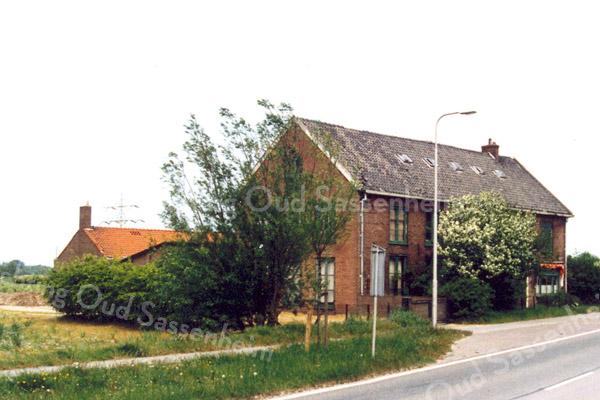 F0235 <br /> De bollenschuur van K. Nieuwenhuis & Co aan de Klinkenberg. Een kleine kweker en exporteur, die nooit veel personeel in dienst heeft gehad. De laatste jaren was het een eenmansbedrijfje van Jan Nieuwenhuis. Foto: 1983