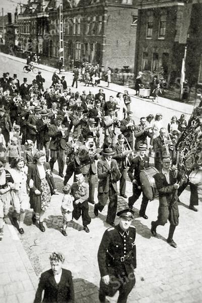 F2995<br /> Crescendo voor de oorlog tgv feesten huwelijk koningin Juliana en prins Bernhard. Rechtsboven het huis van Dijkstra met daarnaast de Molenstraat. Foto: ca 1937