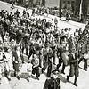 F2995<br /> Het chr. fanfarekorps Crescendo (later harmonievereniging) tijdens de feesten  t.g.v. het huwelijk van prinses Juliana en prins Bernhard. Rechtsboven het huis van Dijkstra met daarnaast de Molenstraat. Foto: ca. 1937.