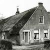 F0417 <br /> De voormalige boerderij Wiltrijk aan de Hoofdstraat 55 omstreeks 1970, bewoond door de fam. J. Homan. De karakteristieke luiken zijn verdwenen en de voordeur is vernieuwd. Rechts het vroegere zomerhuis, hier in gebruikt als woonhuis van de fam. Zwetsloot. Foto: ca. 1970.
