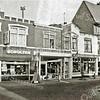 F2153<br /> Op deze foto van omstreeks 1987 staan v.l.n.r. een klein stukje van de konditorei van bakker Oomen (vroeger Café van Hage), keurslagerij Scholten, Van Nieuwkoop huishuidelijke artikelen, De Snuffelshop van C. van Nieuwkoop en de woninginrichting van C. Noordermeer (thans eetcafé De Voogd), alle gelegen aan de Hoofdstraat tegenover de Oude Haven.