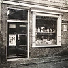 F3488<br /> De kruidenierswinkel van Willem Zijerveld in de Zuiderstraat. Na zijn vertrek werd deze zaak overgenomen door resp. W. Borst, G. Maurits, W.J. Roos en bakker de Kwaasteniet. Afgebroken in 1975. Foto: ca 1922