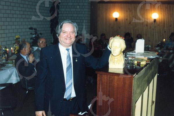 F4552<br /> Job de Vries, dirigent van het Sassenheims Christelijk mannenkoor. Bij de jaarlijkse aubade voor het gemeentehuis op Koninginnedag dirigeerde hij ook de schoolkinderen, die dan ook gezamenlijk en gelijktijdig de diverse vaderlandse liederen probeerden te zingen. Op de achtergrond van deze foto zit Maarten van Zoen.