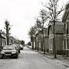 F3158<br /> De Molenstraat nu, kijkend in dezelfde richting. Rechts de vroegere bollenschuur van Ant. van Duin. De tegenwoordige eigenaar, L. van Nieuwkoop, heeft deze schuur schitterend laten restaureren en er appartementen in laten maken. Hij kreeg hiervoor in december 2009 'De Zwarte Tulpprijs' in het kader van Behoud en Herbestemming van Bollenerfgoed.