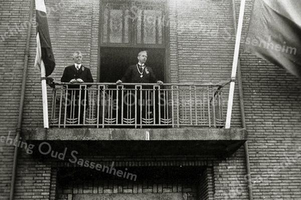 F1310 <br /> Burgemeester Sandberg van Boelens op het balkon van het gemeentehuis (nu Sikkens Experience Center) i.v.m. de dodenherdenking. Links van hem gemeenteraadslid P.M. Beije. Foto: ca. 1946.