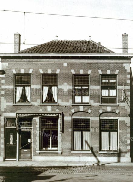 F0118 <br /> De winkel en het woonhuis van de fam. Barnhoorn aan de Hoofdstraat. Deze foto is van latere datum dan F0117. De etalage is verdwenen. Aan de slagschaduw op het huis is de stroomafnemer van de elektrische tram te zien. De bedrading zien we boven het huis. Ten tijde van deze foto woonde Jan Schalk met Rie Schalk-Barnhoorn boven en Bram met zijn vrouw Miep beneden.