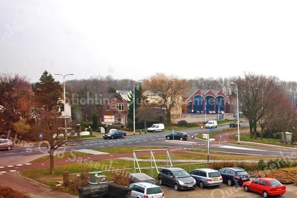 F3504<br /> Het kruispunt van de Carolus Clusiuslaan en de Teylingerlaan (rechts). De foto is genomen op het dak van de bollenschuur van C. Westerbeek.  Foto: 2014