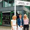 F2609<br /> De nieuwe locatie van Trias-dagopvang in het clubhuis van The Bassets aan de Vijfmeiweg te Sassenheim. V.l.n.r.: Ela Tuszijnska, Therese Hoejenbos en Rosanna Hogewoning. Foto: 2004.