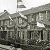 F1099 <br /> Berkenlaan 26-32 in feesttooi t.g.v. de bevrijding in mei 1945. In het eerste huis rechts woonde destijds de fam. Van der Kwaak; daarnaast de fam. Braam; dan de fam. Van der Kraan en aan het einde van het blok de fam. Van Tol.