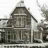 F2150<br /> Dit is villa De Tijloos aan de Hoofdstraat nr. 78, gebouwd in 1902 voor de bloemist R.H. Beerhorst. Het pand is al vele jaren eigendom van de familie Gouverneur. Zie Stratenboek pag. 34. Foto:1987.