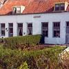 F0734c <br /> De voormalige boerderij Jagtlust aan de Warmonderweg nr. 33. Het pand is later in vier woningen verdeeld, waarvan de eerste aan de voorkant indertijd werd bewoond door de fam. Roodenburg; het tweede door de fam. Van Benten; het derde door de fam. Van der Elst en het vierde door de fam. Kapaan. Aan de achterkant stond tegen het huis nog een gebouwtje, waarin de karnmolen heeft gestaan. Later werd dit gebouwtje bewoond door dhr. Schrama. Ook heeft Klaas v.d. Elst (broer van de opa van Fons v.d. Elst) in dat huisje gewoond. Cor v.d. Elst, de vader van Fons, heeft in het rechter huisje gewoond, net als de fam. De Stigter. In het zomerhuis met het opschrift 'Jagtlust' woonden de fam. Jansen en De Hollander. Beide panden zijn in 1982 gesloopt.