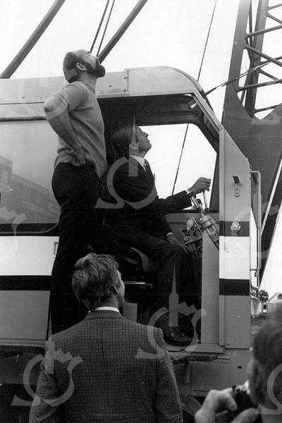 F4076 <br /> De eerste steenlegging in de G.B. de Vroomenstraat door prins Claus.