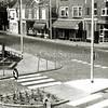 F0185 <br /> De 'nieuwe' Klapbrug (Hoofdstraat). De oude Klapbrug is verdwenen en heeft plaats gemaakt voor een brede toegang naar het centrum. Aan de overkant zien we vanaf rechts de winkels van Persoon (slagerij), Noordermeer (manufacturen), Van Nieuwkoop (kruidenier), Van Nieuwkoop (huishoudelijke artikelen), Scholten (slagerij) en café Van Hage. Foto: 1968.