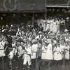 F4313<br /> Onafhankelijkheidsfeest 1813-1913 met fanfarecorps Crescendo. In het midden (met hoge hoed en ambtsketen) staat de burgemeester (Besselaar?). Op de voorgrond de kinderen van de School met den Bijbel. Foto: 1913