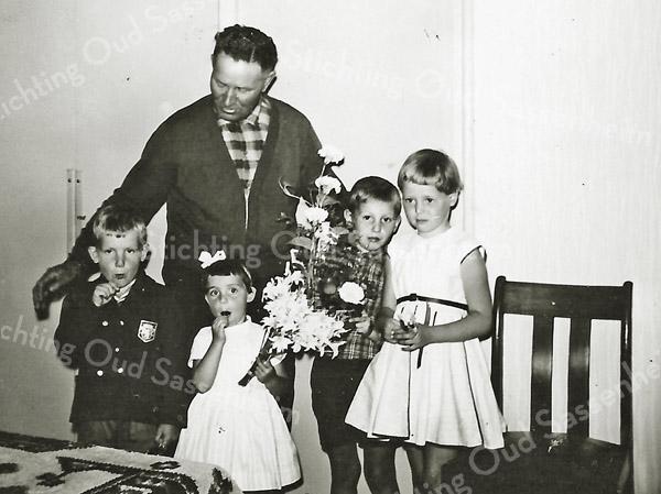 F2928<br /> De heer Jeroen ('opa') van Nobelen, oppasser bij speeltuinvereniging DVV. De kinderen v.l.n.r.:  Co van der krogt, Rita Rotteveel, Dirk Kruit en Joke Krom. Van 1959 tot 1966 was Van Nobelen oppasopa; op drukke dagen werd hij bijgestaan door oppasdames.