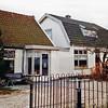 F0217 <br /> Twee huizen aan de Vaartkade. Het linker huis was vroeger de woning van aannemer C. Melman. Daarvóór heeft o.m. Piet Overvliet sr. er gewoond. Tot in de jaren tachtig van de vorige eeuw werden het voorste en achterste pand apart bewoond, daarna is van beide woonhuizen één woning gemaakt (Vaartkade 10) waar Jan Melman, zoon van Hein Melman, woonde. Foto: 1997.