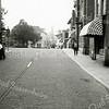 F0974 <br /> Hoofdstraat, gezien vanuit noordelijke richting. Rechts de groeten- en fruitzaak van Nederstigt en daarvóór een gedeelte van het woonhuis van de fam. Blom. Het torentje van de sigarenzaak van Barend van Loo is nog te zien. Links kapper Heemskerk en  drogisterij De Hoek. De klapbrug is nog duidelijk aanwezig. Foto: ca. 1951.