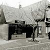 F2170<br /> Café Van Hage, gelegen aan de Hoofdstraat nr. 259 tegenover de Oude Haven, met slijterij.  Foto: na 1973.
