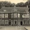 F0790 <br /> Tegenover de toen net aangelegde Charbonlaan staat het statige Huize Rusthoff aan de Hoofdstraat. Het huis heeft aan de voorkant 18 ramen en aan de achterkant eveneens 18 ramen. Wellicht heeft J.P. Oudshoorn ook het een en ander aan het huis gerestaureerd. Let op de merkwaardige paal met knop die links naast het huis staat. Het is een paal van het hek dat gedeeltelijk op deze foto staat. Foto: vóór 1921.<br /> <br /> [Collectie Oudshoorn 075: Huize Rusthoff.]