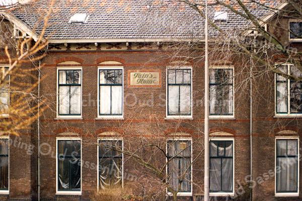 F1014 <br /> Dubbel woonhuis Twin's Home aan de Hoofdstraat 73/75. In het linker deel woonde in de jaren '30-'40 de fam. Van der Weijden, met een konijnenberg in de tuin.  Later woonde daar de fam. Verdegaal. In het rechter deel woonde de fam. Van der Voort, later was het jarenlang kantoor van de Plantenziektekundige Dienst. Aan de gordijnen te zien staat het al geruime tijd leeg. Twin's Home is in 1991 afgebroken, maar de twee enorme rode beuken zijn blijven staan.