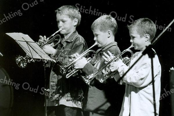F2524<br /> Voorspeelavond voor de leerlingen van de Chr. Harmonievereniging Crescendo in het Rijnlands Lyceum. Foto: 2003.
