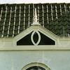 F4348c<br /> Een dakversiering, een zgn. makelaar, op het dak van een woning aan de Hoofdstraat 100. Foto: 2002.