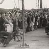 F4486<br /> Bevrijdingsfeest, ringsteken. Foto: 1945