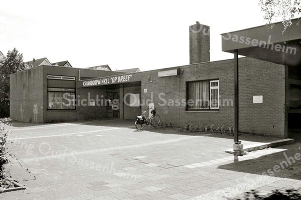 F3181<br /> Chr. Basisschool 'De Rank' aan de Kagerdreef. De school is verhuisd naar de St. Antoniuslaan.<br /> In de school aan de Kagerdreef is na een grondige interne verbouwing sinds 2002 de Kringloopwinkel 'Op Dreef' gevestigd. Foto: 1999.